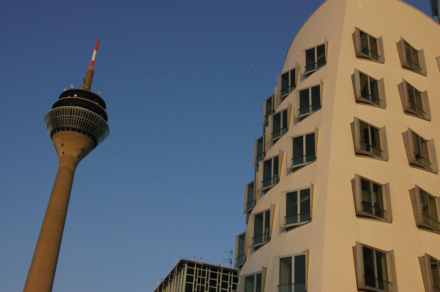 Rheinturm und Gehry-Haus; Photo: Christine Siefer